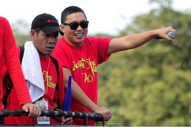 "Comedian Jose Manalo smiles for the crowd while riding the float of the MMFF entry ""Si Agimat, Si Enteng Kabisote at Si Ako during the 2012 Metro Manila Film Festival Parade of Stars on 23 December 20"