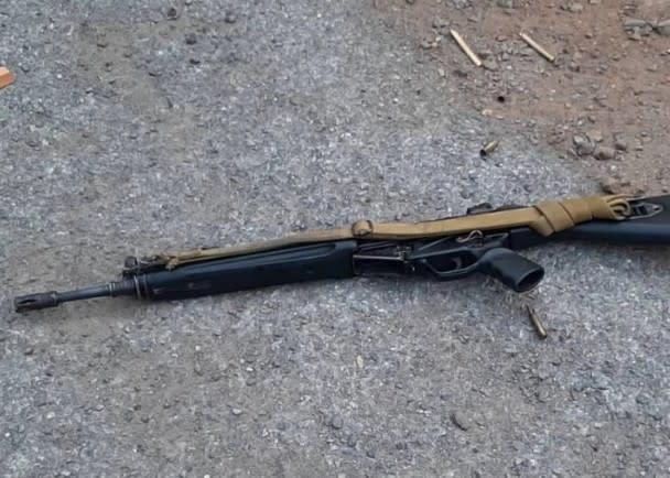 槍手遺下的自動步槍。