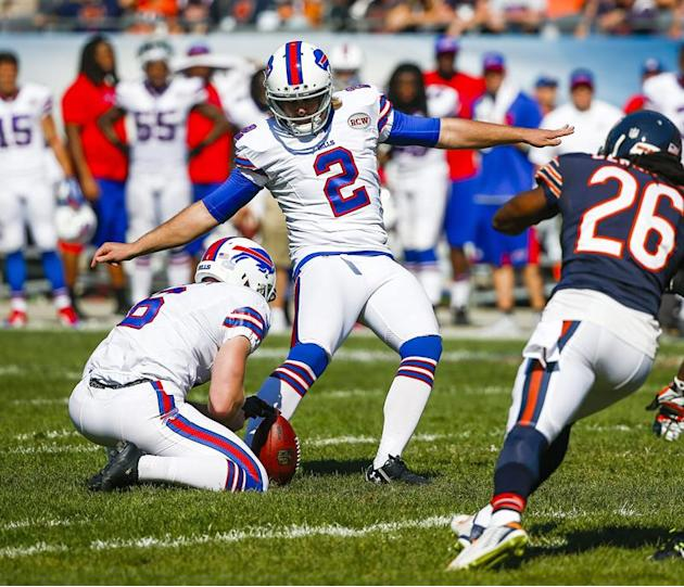 THM04.  Chicago (Estados Unidos), 07/09 / 2014.- Buffalo Bills pateador Dan Carpenter (C) manda el gol de campo ganador de la bodega de los Buffalo Bills punter Colton Schmidt (L) como Chicago Bears defensi