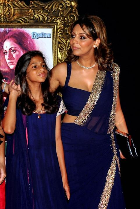 Indian Bollywood film actor Shahrukh Khan's wife Gauri Khan (R) and daughter Suhana pose on the red carpet at the premiere of the Hindi film 'Jab Tak Hai Jaan' in Mumbai on November 12, 2012.   AFP PH