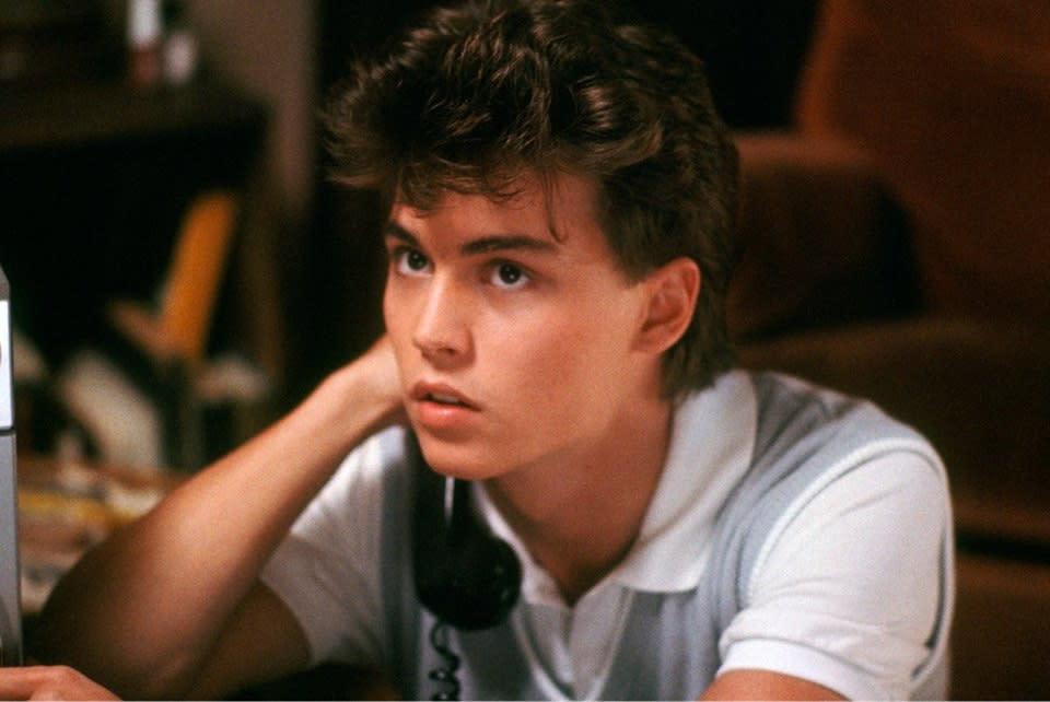 <p>八、《半夜鬼上床》強尼戴普:每個人都有過去,但如果你想看性格男星強尼戴普的過去,《半夜鬼上床》肯定是你最好的機會。1984年的《半夜鬼上床》是由衛斯克萊文執導,而他同時也是《驚聲尖叫》系列電影的導演,始終擅長恐怖虐殺類型作品,《半夜鬼上床》更是讓佛萊迪成為眾人夢靨。強尼戴普在片中飾演女主角的男友,儘管沒有太多發揮演技的機會,但仍然可以藉此一窺當年初次登場的「強弟」,也算值回票價了。(圖:《半夜鬼上床》臉書) </p>