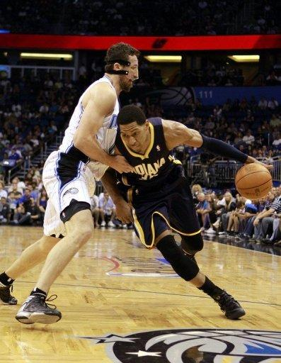 Danny Granger (R) of the Indiana Pacers drives against Hedo Turkoglu of the Orlando Magic