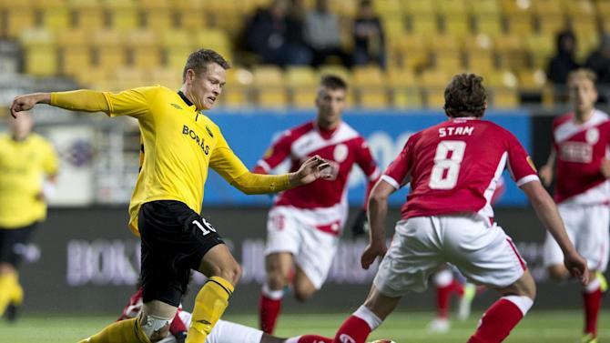 Elfsborg's Viktor Claesson, left, vies with Standard's Kanu, on the ground, and Ronnie Stam during the Europa League soccer match between IF Elfsborg and Standard Liege in Boras, Sweden, Thursday October 3, 2013