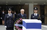 Israel's President Shimon Peres (C) prepares to lay a wreath on the flag draped coffin of former Israeli prime minister Ariel Sharon as he lies in state at the Knesset, Israel's parliament, in Jerusalem January 12, 2014. REUTERS/Ronen Zvulun