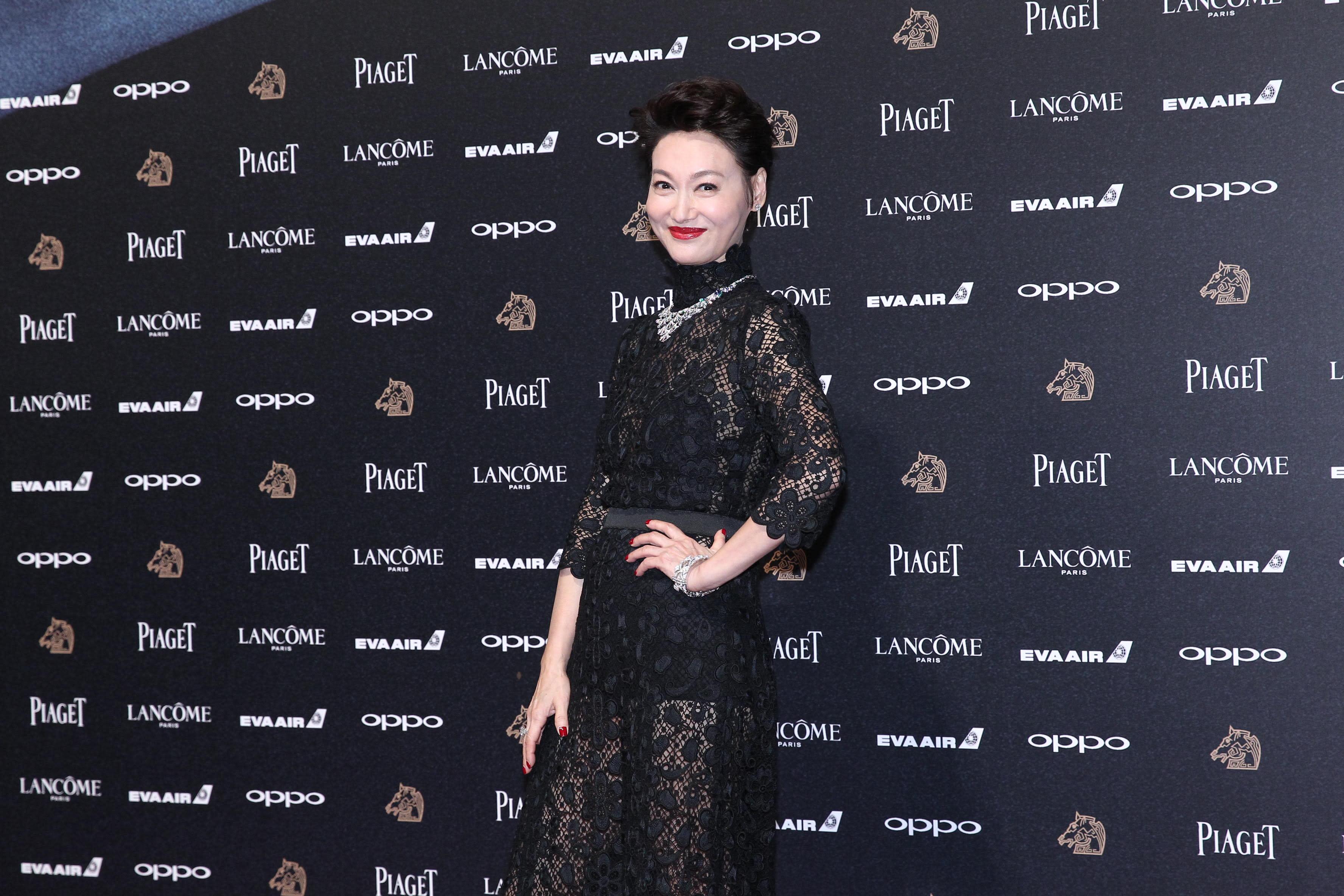 <p>資深香港演員惠英紅,以電影《血觀音》入圍本屆金馬獎最佳女主角。她一身襲黑色蕾絲長袖禮服,襯托出頸間的白鑽超亮眼,站上紅毯顯得霸氣十足!(影像提供:達志影像) </p>