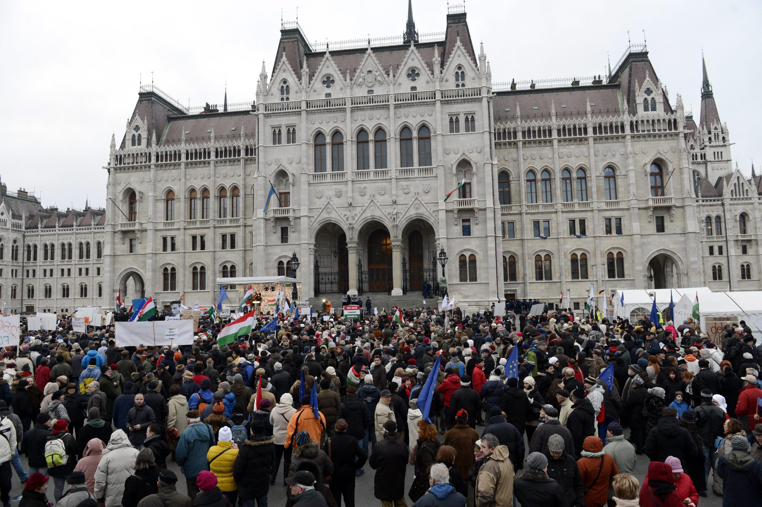 Hungarians protest against premier's dealings with Putin