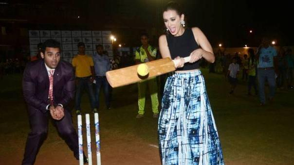 Evelyn Sharma plays CRICKET and scores sixes
