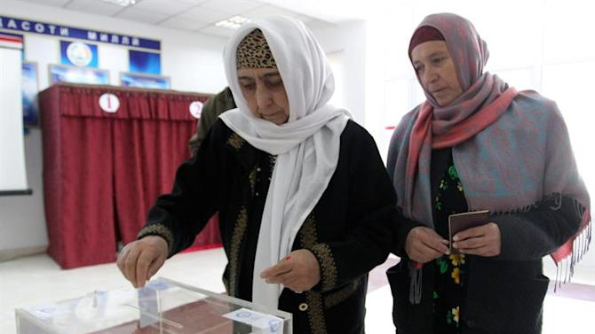 KOV02. Dushanbe (Tajikistan), 01/03/2015.- A Tajik woman casts her ballot at a polling station during the parliamentary elections, in Dushanbe, Tajikistan, 01 March 2015. Polls opened in Tajikistan, as the Central Asian country elected a new parliament. Polls remain open until 8 pm (1500 GMT) and results were expected to be published 02 March. (Elecciones, Tadjikistan) EFE/EPA/IGOR KOVALENKO