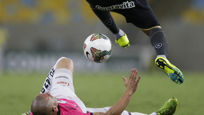 Julio Cesar of Brazil's Botafogo, top, fights for the ball with Christian Washington Nunez of Ecuador's Independiente del Valle during a Copa Libertadores soccer match in Rio de Janeiro, Brazil, Tuesday, March 18, 2014