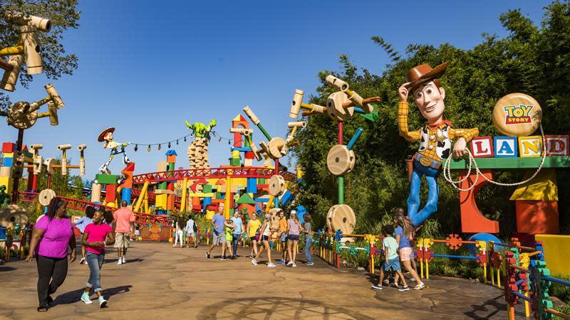 """Fotografía cedida hoy, viernes 29 de junio de 2018, por Walt Disney World, donde se muestra a unos visitantes al Disney's Hollywood Studios que pueden ir """"al infinito y más allá"""" en el parque temático Toy Story Land, de Disney World, en la ciudad de Orlando, Florida (EE.UU.). EFE/Walt Disney World"""