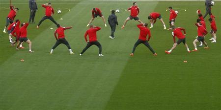 Atletico Madrid's players stretch during a training session at Camp Nou stadium in Barcelona, March 31, 2014. REUTERS/Albert Gea