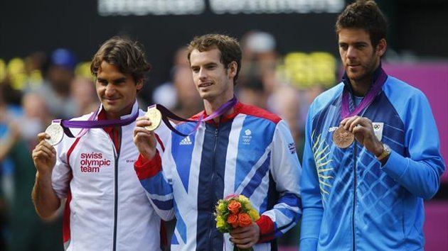 Gold medallist Andy Murray of Britain is flanked by silver medallist Roger Federer of Swizerland (L) and bronze medallist Juan Martin del Potro of Arg...