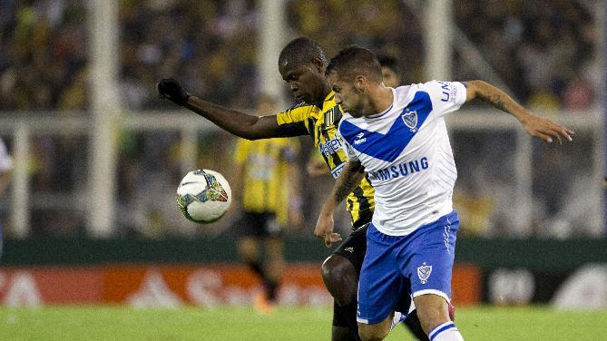 Hector Canteros of Argentina's Velez Sarsfield, right, vies for the ball with Jefferson Lopes of Bolivia's The Strongest during a Copa Libertadores soccer match in Buenos Aires, Argentina, Tuesday, March 18, 2014