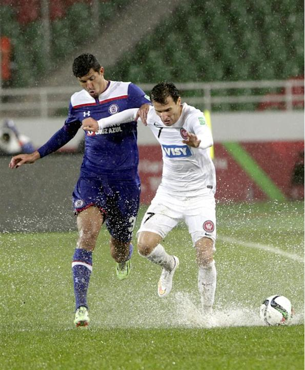KEF03. Rebat (Morocco), 13/12/2014.- Labinot Haliti (R) of WS Wanderers FC in action against Francisco Rodiguez (L) of Cruz Azul during the FIFA Club World Cup 2014 quarter final soccer match, Cruz Az
