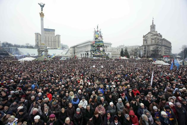 People attend a rally at Independence Square in Kiev March 2, 2014. Ukraine mobilised for war on Sunday, after Russian President Vladimir Putin declared he had the right to invade, creating the biggest confrontation between Moscow and the West since the Cold War. REUTERS/Konstantin Grishin (UKRAINE - Tags: POLITICS CIVIL UNREST CONFLICT)