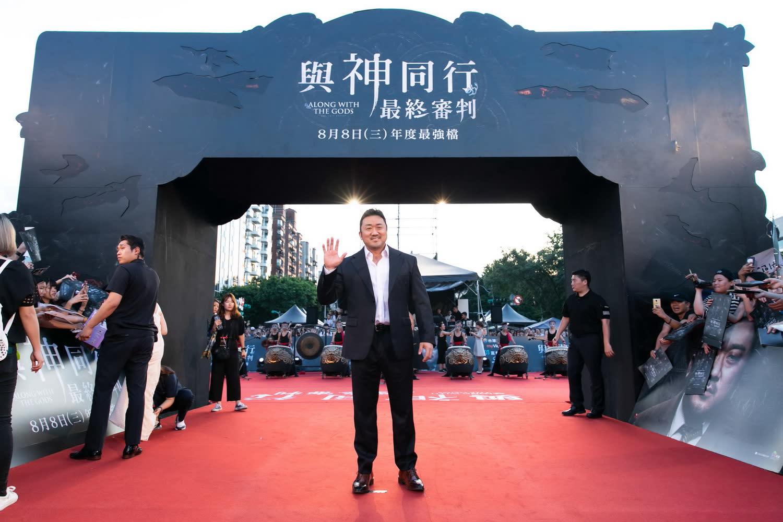 <p>而在台灣人氣甚高的馬東石則被問到,預告中單手抓起金香起的畫面,是不是很辛苦? </p>