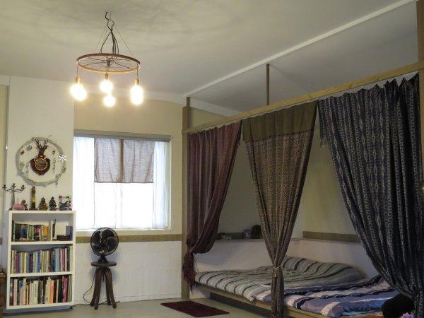 平日作為閱讀、飲茶的休閒區,加上民俗風布簾後,就是訪客留宿時的客房通鋪。