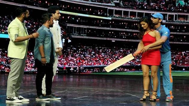 Sushant exchanges note on cricket with Shakti Mohan