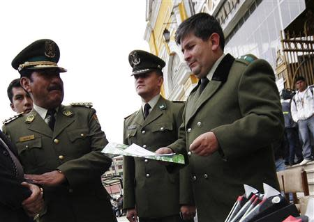 Bolivian police Colonel Mario Fabricio Ormachea Aliaga (R) attends a ceremony in La Paz February 7, 2011. Ormachea Aliaga, who leads Bolivia's Anti-Corruption Unit, was arrested August 31, 2013 on U.S. charges of attempting to extort thousands of dollars from former Aerosur Airlines owner Humberto Roca, according to news reports. Picture taken February 7, 2011. REUTERS/Agencia APG