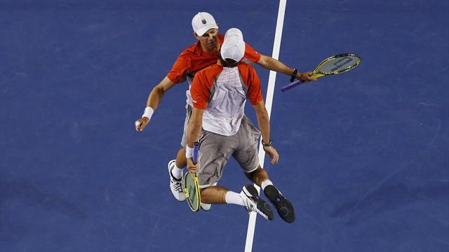Australian Open - Bryan twins break record for Grand Slam doubles titles