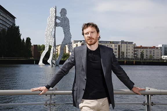 三人也特別現身在藝術家喬納森博羅夫斯基所設計的「分子人」鋁製雕像前享受美景。「分子人」雕像座落於美國洛杉磯、愛荷華州,柏林則是在1999年建造完成,放置在施普雷河上的兩區交界,也是東西德統一的交界點。