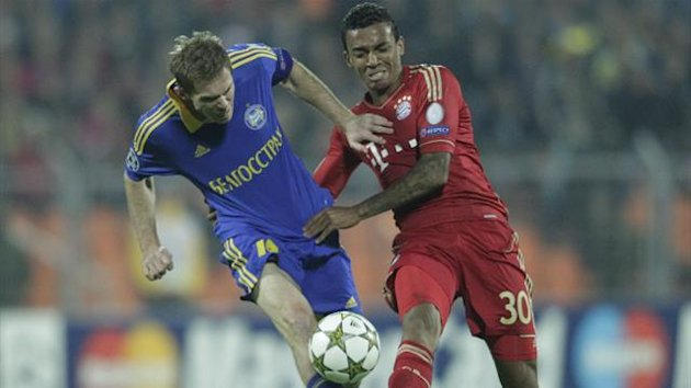 BATE Borisov's Aleksandr Hleb (L) fights for the ball with Bayern Munich's Luiz Gustavo during their Champion's League Group F soccer match in Minsk's Dinamo Stadium October 2, 2012