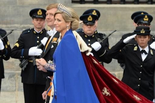 King Willem-Alexander of the Netherlands leaves with his wife Queen Maxima after his inauguration ceremony on April 30, 2013 at Nieuwe Kerk (New Church) in Amsterdam. AFP PHOTO / PATRIK STOLLARZ