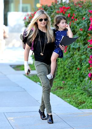 PICTURE: Slim Sarah Michelle Gellar Steps Out Three Weeks After Son's Birth