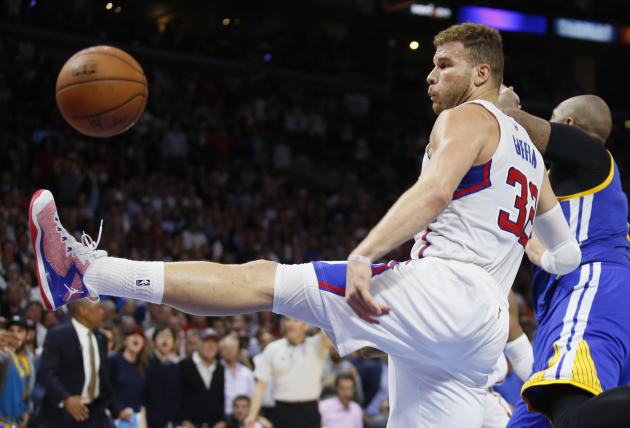 Los Angeles Clippers' Blake Griffin attempts a defensive rebound in front of Golden State Warriors' Marreese Speights, right, during the second half of an NBA basketball game, Tuesday, March 3