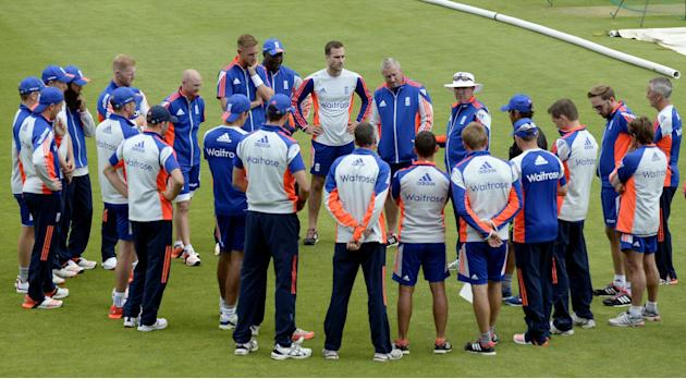 CRIC: England's cricket coach Trevor Bayliss speaks to the England players before nets