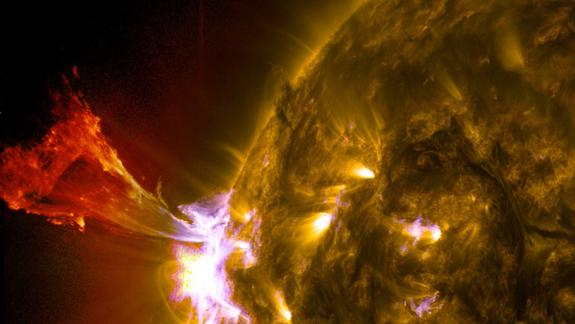 Sun Unleashes Spectacular Solar Eruption (Photos)