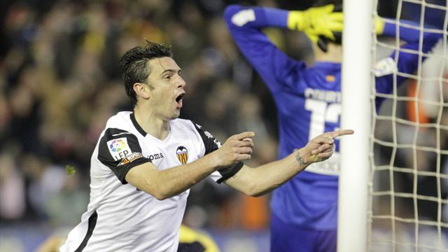 Liga - Valencia strike late to hold Atletico in Copa del Rey