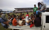 Residents arrive at a stadium that has been turned into a evacuation centre after fleeing their homes due to fighting between Moro National Liberation Front rebels (MNLF) and government soldiers in Zamboanga city September 11, 2013. REUTERS/Erik De Castro