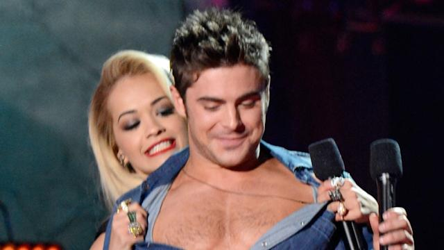 Zac Efron con el torso desnudo en los MTV Movie Awards