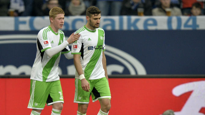 Wolfsburg's Kevin de Bruyne, left, comforts Wolfsburg's Daniel Caligiuri who leaves the pitch after getting a red card  during the German Bundesliga soccer match between FC Schalke 04 and VfL Wolfsburg in Gelsenkirchen,  Germany, Saturday, Feb. 1, 2014