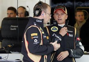 Lotus Formula One driver Heikki Kovalainen (R) of Finland speaks with his crew before the first practice session of the Austin F1 Grand Prix at the Circuit of the Americas in Austin November 15, 2013. REUTERS/Adrees Latif