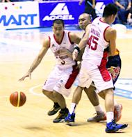 Ginebra's LA Tenorio moves around a Mac Baracael screen. (Nuki Sabio/PBA Images)