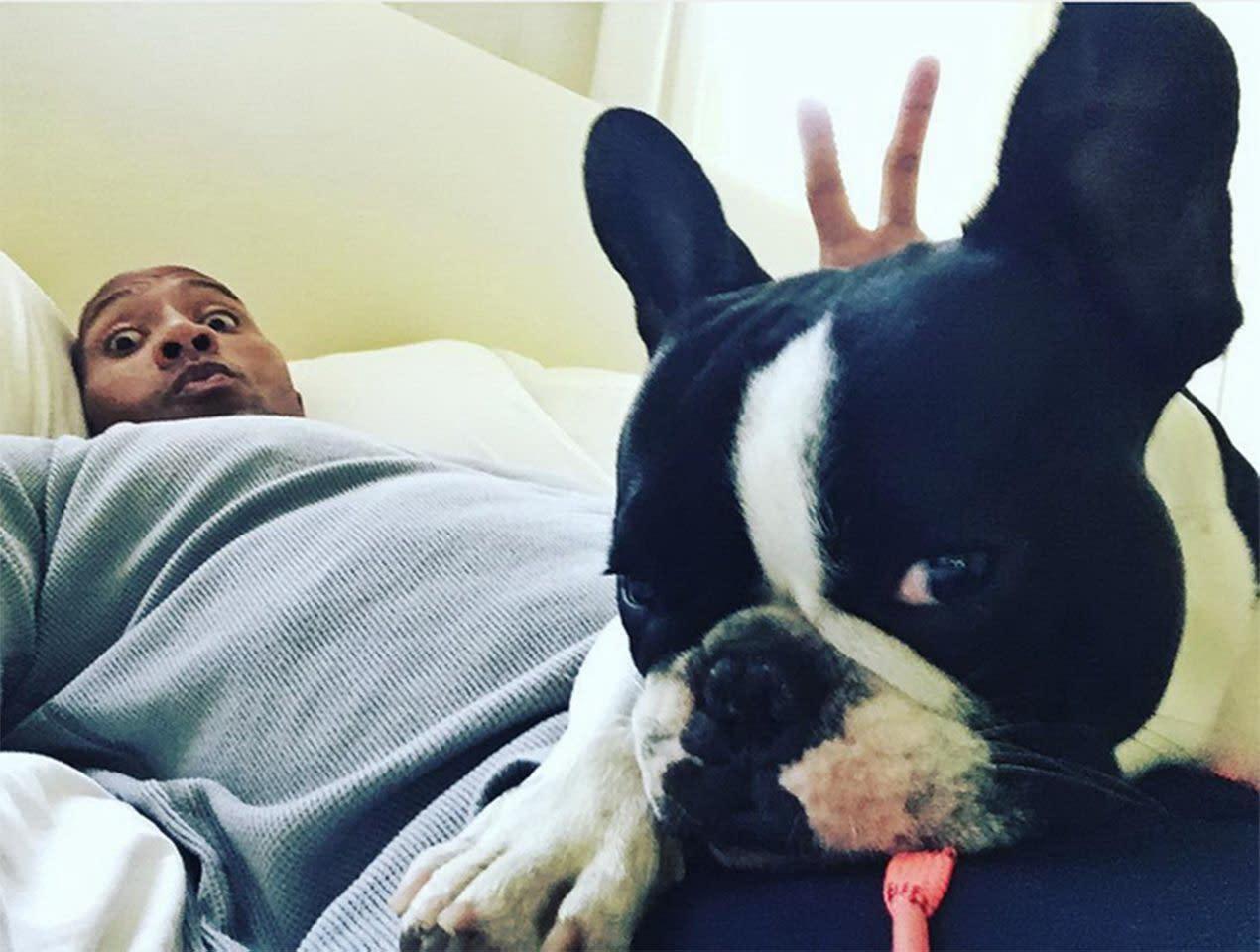 <p>八、巨石強森(Dwayne Johnson):好萊塢硬漢巨石強森私底下也是個愛狗的好好先生,家中最多曾養了五六隻狗,是出了名的狗爸。而巨石強森也經常在IG上放自己與愛狗們的各種合照,甚至還會跟狗狗嘟嘴玩親親。顯然在愛犬的面前,銀幕鐵漢也成了軟心腸。(圖:巨石強森IG) </p>
