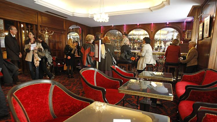Lux london hotel holds grand auction images frompo for Furniture auctions london