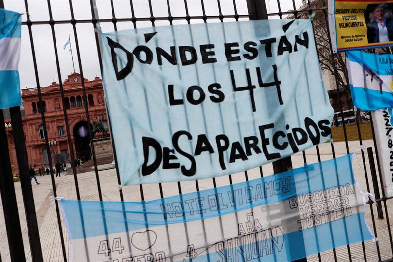 Se busca el submarino argentino San Juan en una zona de profundos cañones