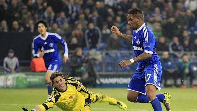 Schalke's Jefferson Farfan, right, and Basel goalkeeper Yann Sommer go for the ball during the Champions League group E soccer match between FC Schalke 04 and FC Basel in Gelsenkirchen, Germany, Wednesday, Dec.11,2013