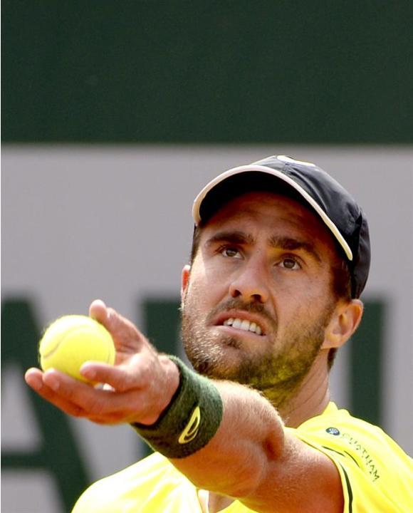 GAR302 PARÍS (FRANCIA) 29/05/2015.- El tenista estadounidense Steve Johnson realiza un saque ante el suizo Stan Wawrinka, durante el partido de tercera ronda del torneo de tenis Roland Garros, que amb