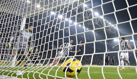 Juventus' Giorgio Chiellini (C) shoots to score against Inter Milan during their Italian Serie A soccer match at Juventus Stadium in Turin February 2, 2014. REUTERS/Giorgio Perottino