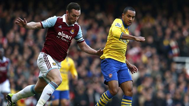 Premier League - Walcott double puts Arsenal top at West Ham