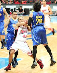 JVee Casio fights through the double team of Jimmy Alapag and Jared Dillinger. (PBA Images)