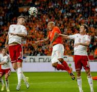 Dutch payer Nigel de Jong (C) vies with Welsh players Simon Church (L) and Andy King during an international friendly football match between Netherlands and Wales in Amsterdam on June 4, 2014