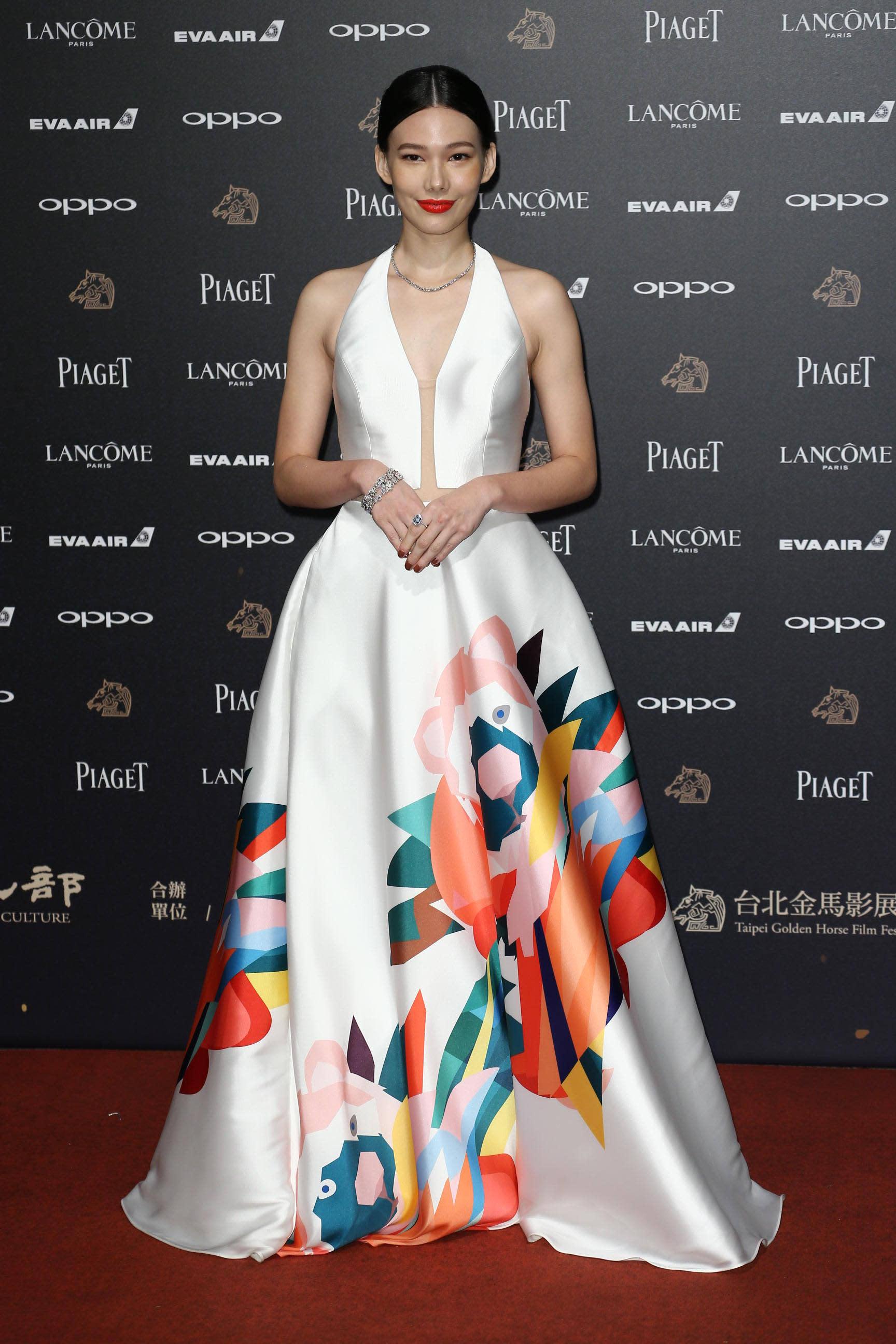 <p>同樣是《接線員》劇組的女星紀培慧,白色禮服上搭配著漂亮的彩色塗鴉,成為本次金馬紅毯的的一大亮點!簡單的中分乾淨髮型,身上搭配Tiffany & Co.珠寶,散發著經典美(影像提供:達志影像) </p>