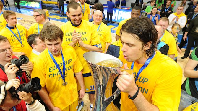 BC Khimki's Kresimir Loncar (R)  and team mates celebrate after winning the Eurocup final basketball match between BC Khimki and Valencia in Khimki, outside Moscow on April 15, 2012. BC Khimki won 77-68.    AFP PHOTO / KIRILL KUDRYAVTSEV (Photo credit should read KIRILL KUDRYAVTSEV/AFP/Getty Images)