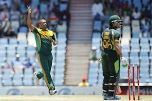 South Africa's Vernon Philander celebrates the dismissal of Pakistan's Umar Akmal (R), who was caught out by South Africa's batsman Quinton de Kock, during the One-Day International (ODI) at Centurion, November 30, 2013. REUTERS/Siphiwe Sibeko
