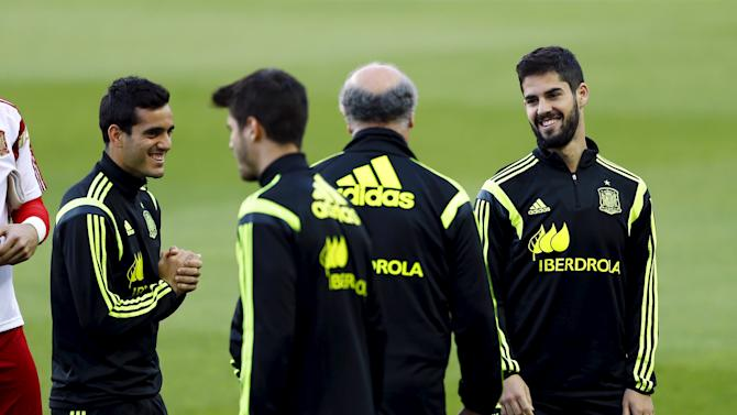 Spanish national soccer team head coach Del Bosque talks with Isco during a training session ahead Euro 2016 qualifier in Seville